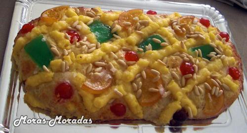 coca de San Juan con crema y frutas confitadas